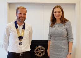 Ambasadør i De Forenede Arabiske Emirater og Qatar, Merete Juhl gæster Hadsten Rotary Klub. Her med klubbens præsident Mads Møller Pedersen