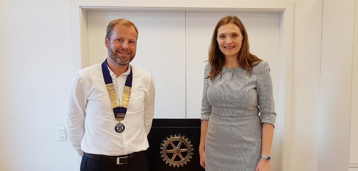 Danmarks ambassadør i De Forenede Arabiske Emirater og Qatar, Merete Juhl gæster Hadsten Rotary Klub. Her med klubbens præsident Mads Møller Pedersen