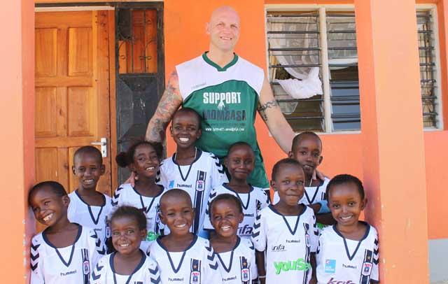 """Den barmhjertige bokser Brian Mathiasen fra Support Mombasa her sammen med nogle af børnene fra børnehjemmet """"Upendo"""" i den kenyanske by Mombase"""
