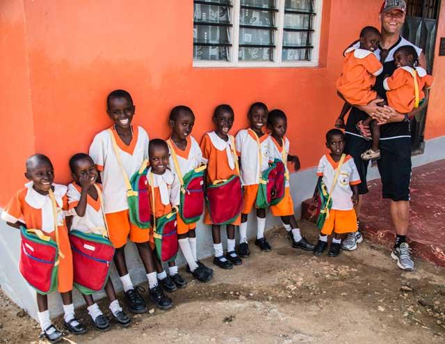 Brian Mathiasen fra Support Mombasa sammen med børn fra børnehjemmet Upendo